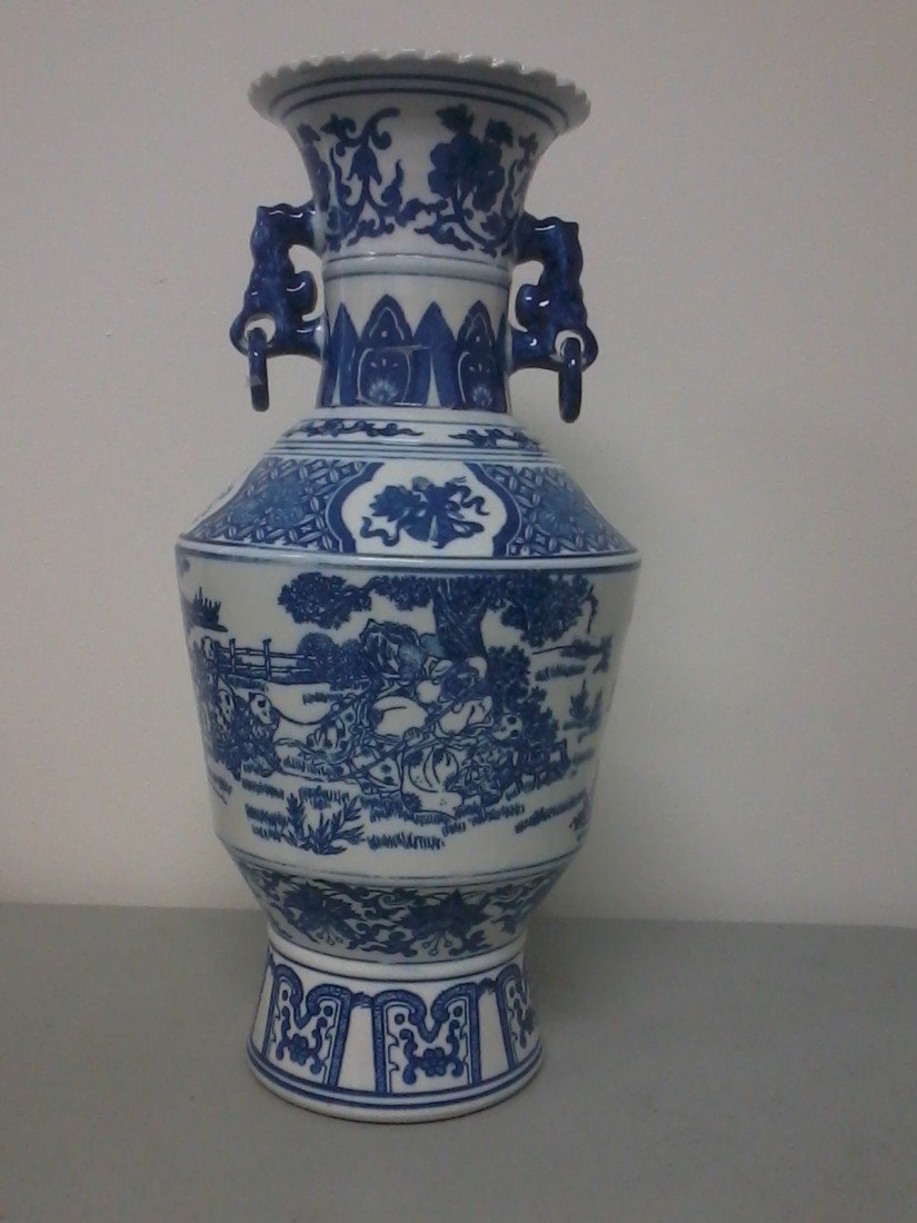 3321: Very fine Chinese blue and white porcelain vase