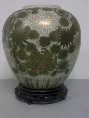 Very nice Chinese porcelain vase on carved wooden