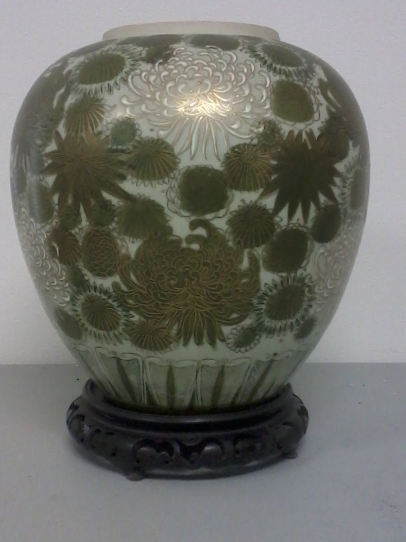 6013: Very nice Chinese porcelain vase on carved wooden