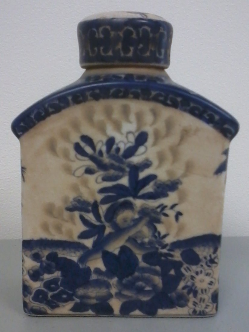 7009: Blue and white Chinese porcelain bottle with lid