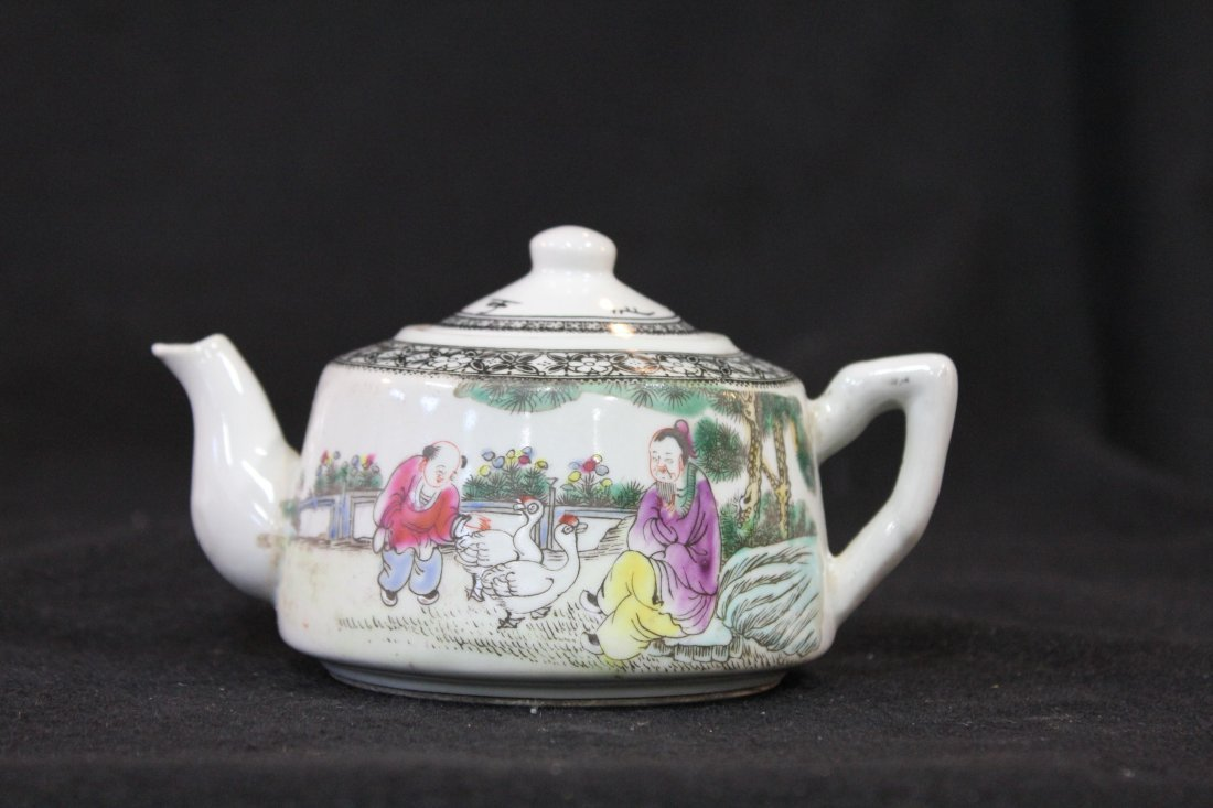 7069: CHINESE PORCELAIN TEAPOT