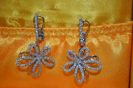 1015: White and rose gold earrings