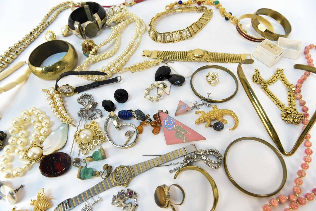 GROUPING OF COSTUME JEWELRY - 10