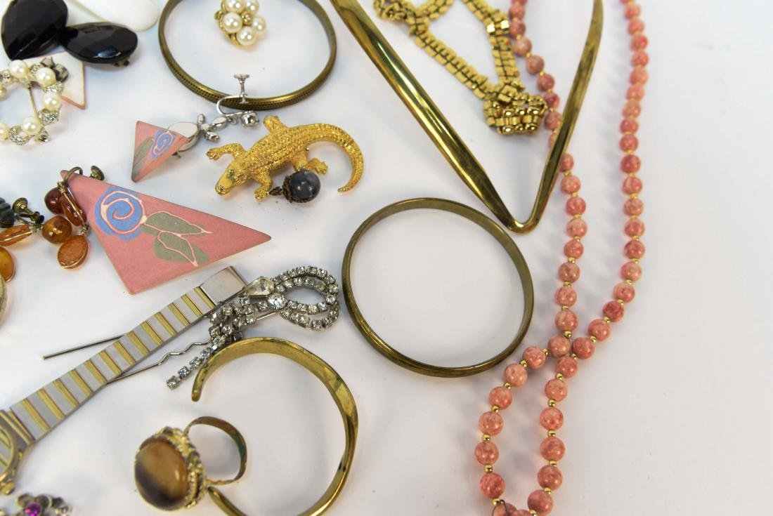 GROUPING OF COSTUME JEWELRY - 5