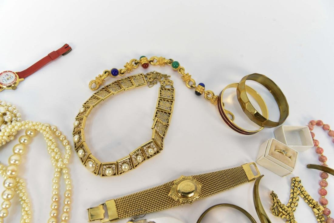 GROUPING OF COSTUME JEWELRY - 7