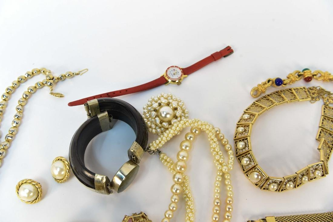 GROUPING OF COSTUME JEWELRY - 8