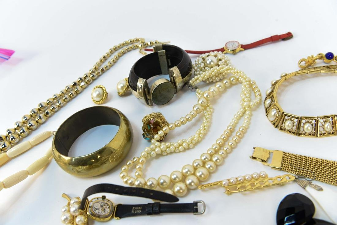 GROUPING OF COSTUME JEWELRY - 9