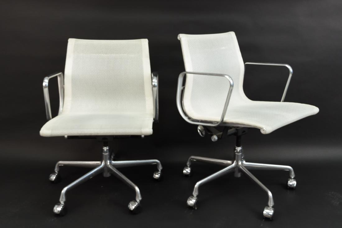 PAIR OF EAMES ALUMINUM GROUP MANAGEMENT ARM CHAIRS