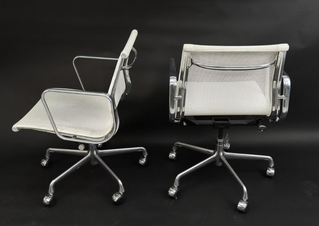 PAIR OF EAMES ALUMINUM GROUP MANAGEMENT CHAIRS - 7