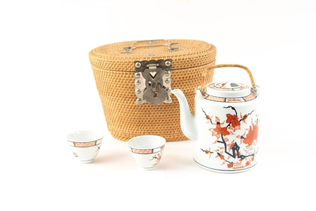 JAPANESE PORCELAIN TEAPOT & CUPS