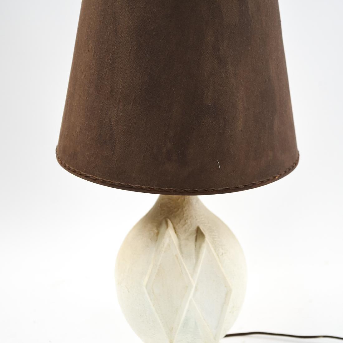 MID-CENTURY WHITE CERAMIC LAMP - 4