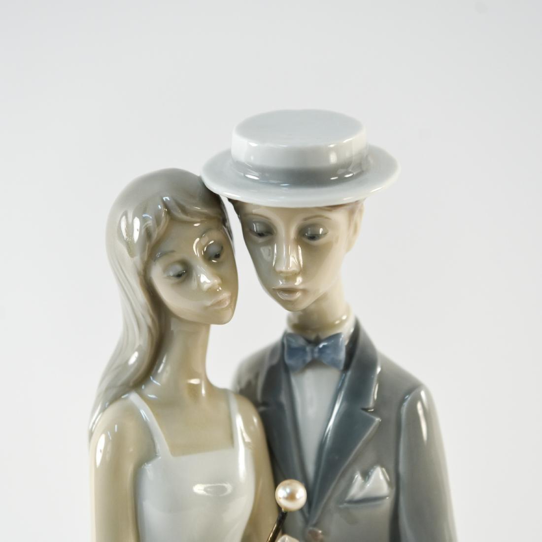 LLADRO PORCELAIN COUPLE STATUE - 2