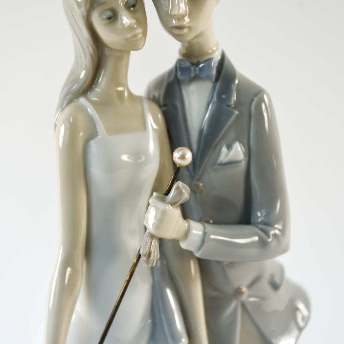 LLADRO PORCELAIN COUPLE STATUE - 3
