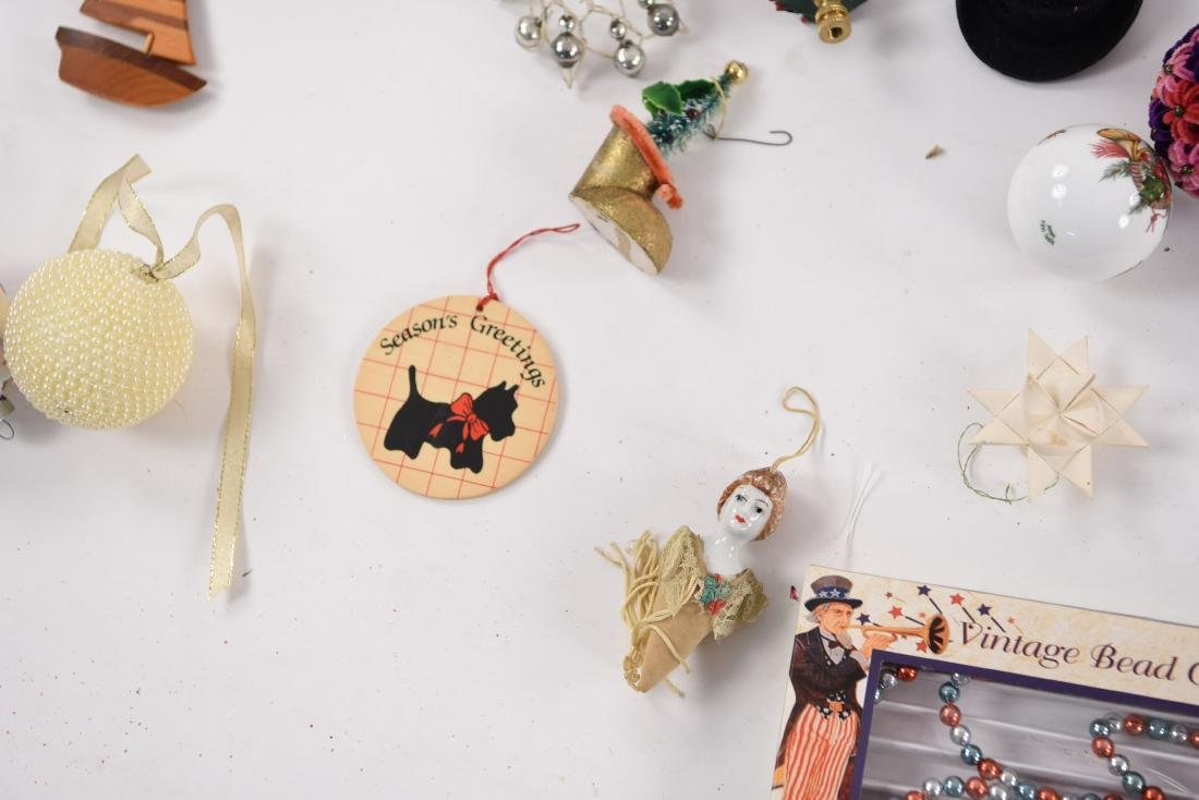 GROUPING OF CHRISTMAS ORNAMENTS INCL VINTAGE - 5