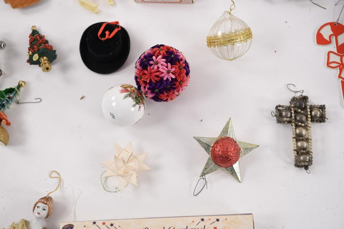 GROUPING OF CHRISTMAS ORNAMENTS INCL VINTAGE - 7