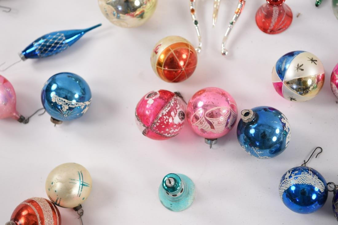GROUPING OF VINTAGE CHRISTMAS ORNAMENTS - 10