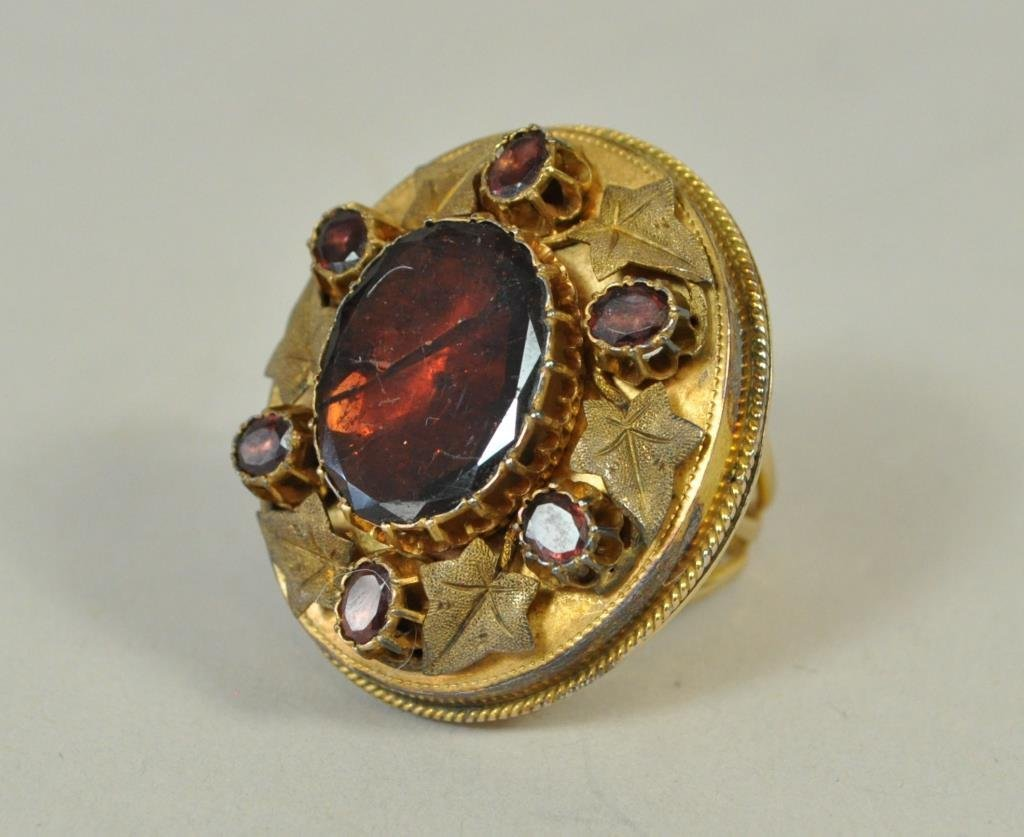ANTIQUE GOLD RING WITH LEAVES AND GLASS