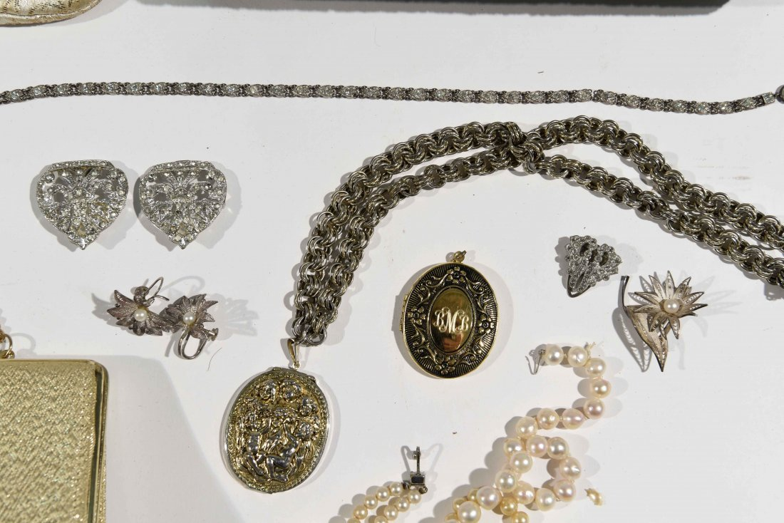 GROUPING OF VINTAGE PURSES AND COSTUME JEWELRY - 5