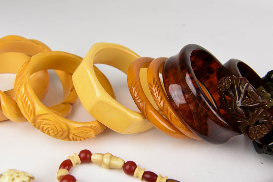 GROUPING OF BAKELITE BANGLES ETC - 5