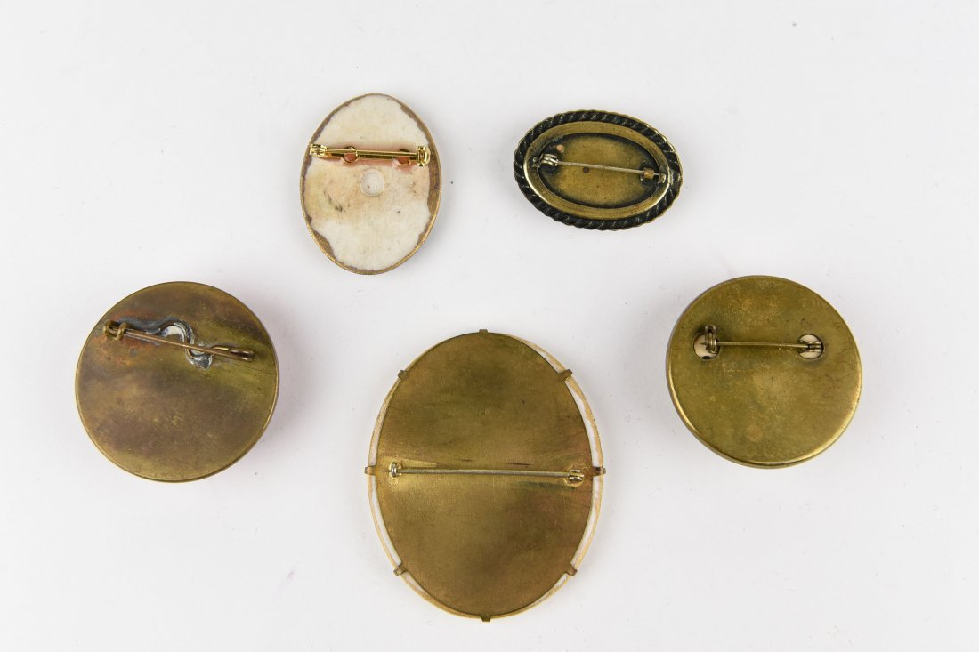GROUP OF VINTAGE BROOCHES - 7