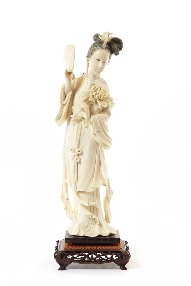 Figurine of a woman with a fan, XIX/XX c., China Ivory,
