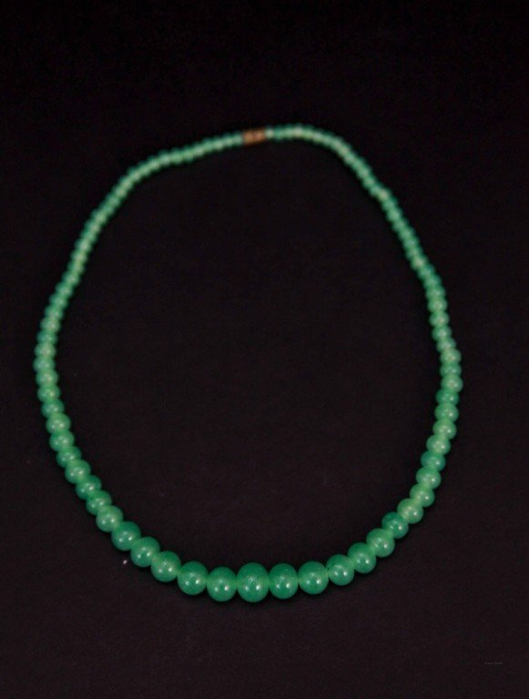 8: Chinese Apple Green Jade Graduated Necklace