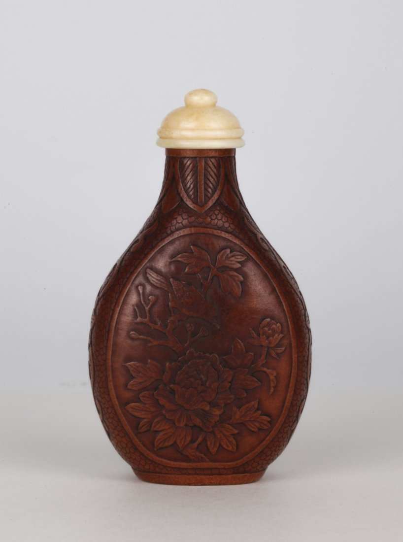 19th C. Chinese Moulded Snuff Bottle, Mark on Base