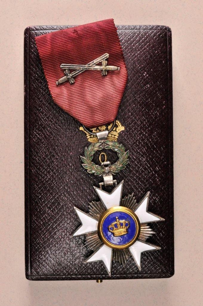 15: Kronen-Orden  Ritterkreuz  mit Schwertern  im Etui.