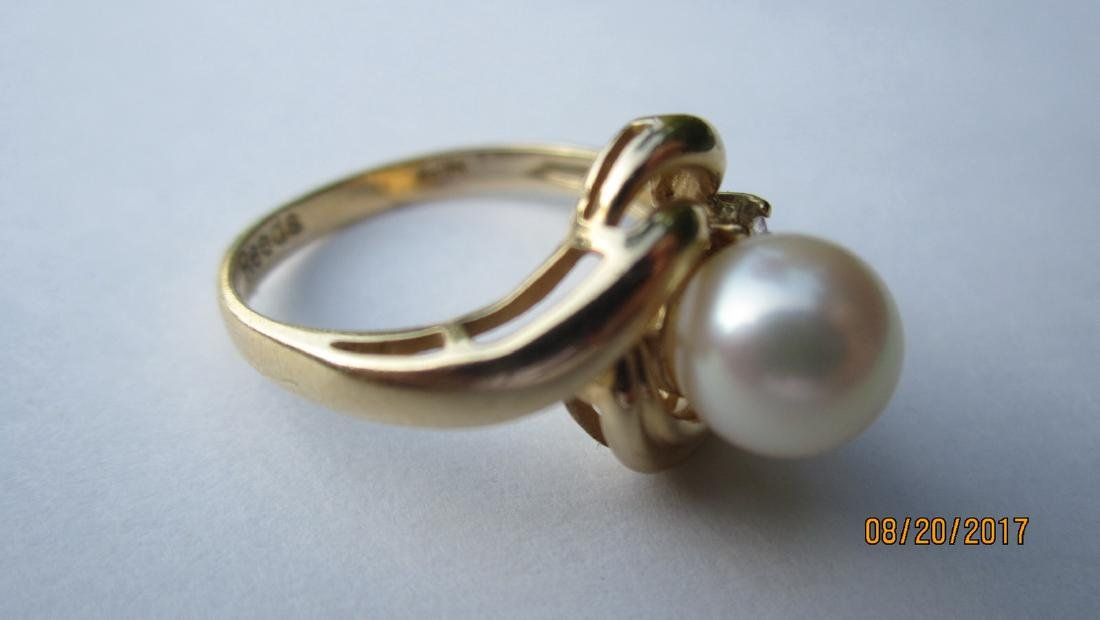 14 K RING SIGNED REEDS WITH LARGE CENTER PEARL - SIZE - 4