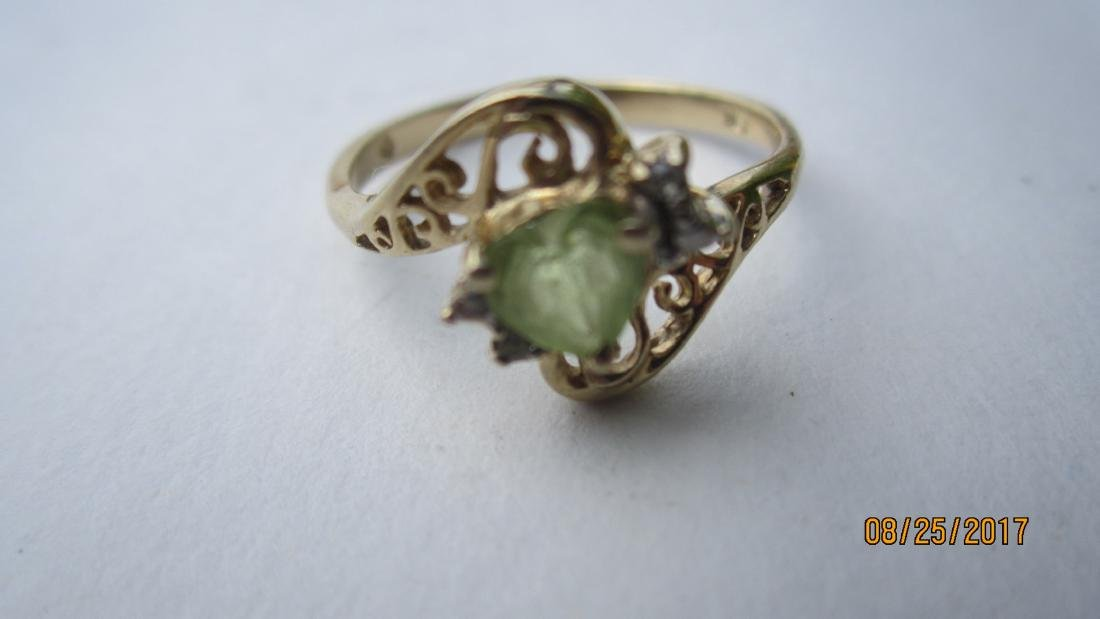 10K RING WITH A PERIDOT CENTER STONE - SIZE 6 3/4  -