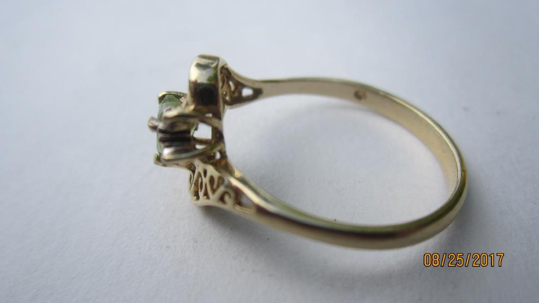 10K RING WITH A PERIDOT CENTER STONE - SIZE 6 3/4  - - 2