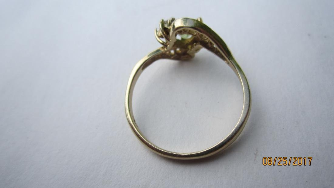 10K RING WITH A PERIDOT CENTER STONE - SIZE 6 3/4  - - 3