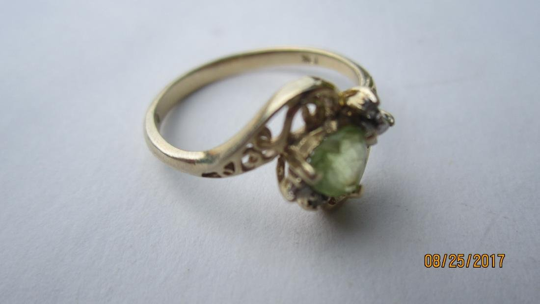 10K RING WITH A PERIDOT CENTER STONE - SIZE 6 3/4  - - 4