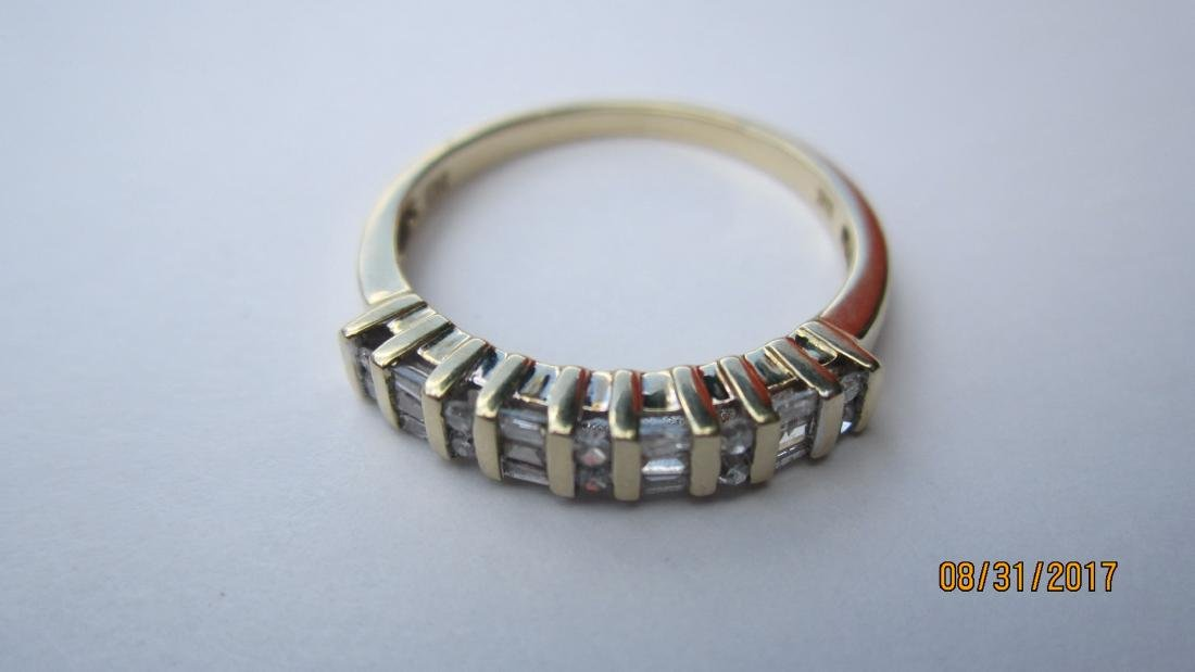 UNUSUAL 10K RING WITH 4 BAGUETTES AND 10 ROUND DIAMONDS