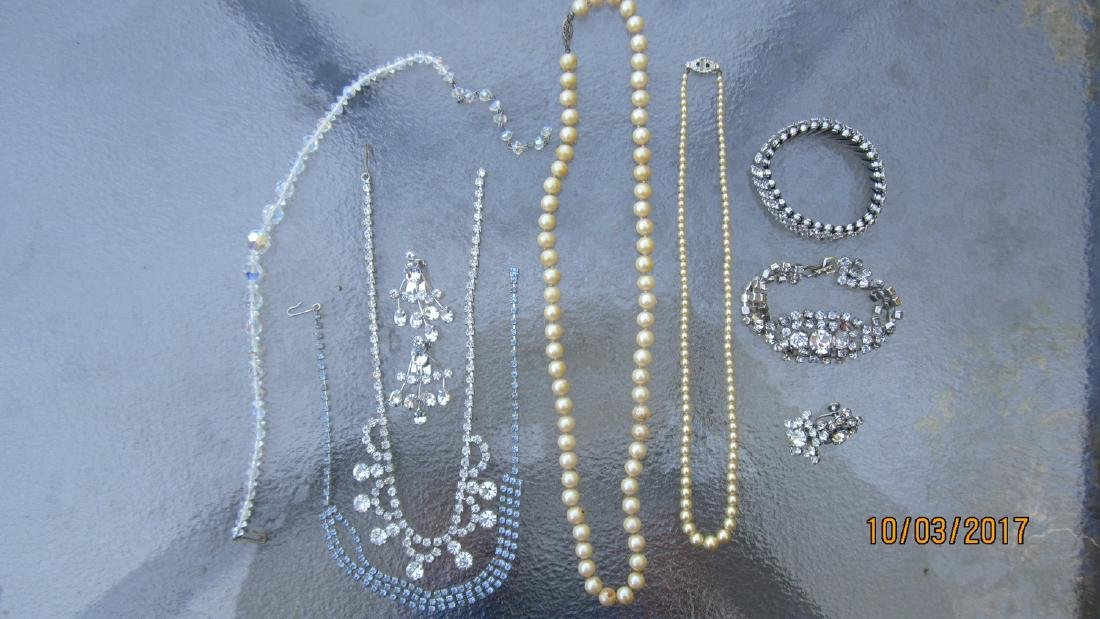 LOT OF JEWELRY TO INCLUDE 2 PEARL NECKLACES, CRYSTAL