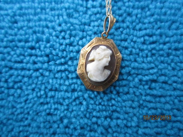 """LOVELY 10 KT YELLOW GOLD CAMEO PENDANT ON A 20"""" CHAIN"""