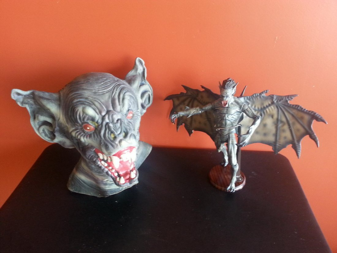 VAN HELSING BAT CREATURE AND DISPLAY STAND AND RUBY'S