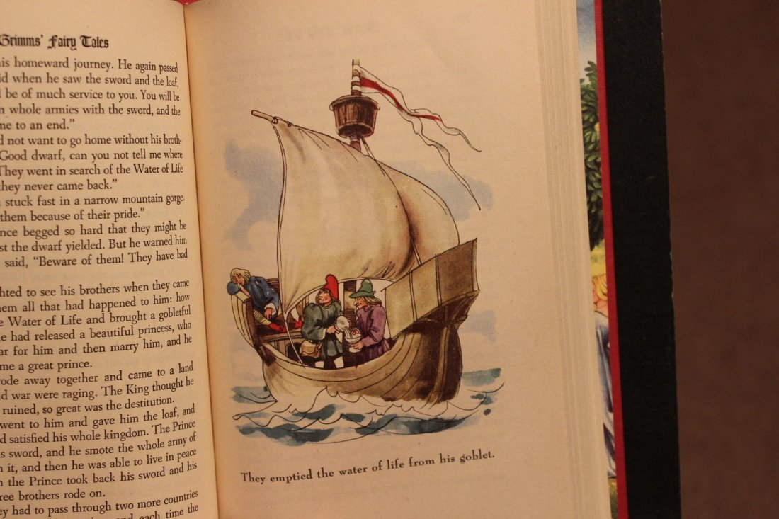 2 CHILDREN'S FAIRYTALES IN LIKE NEW CONDITION - 7