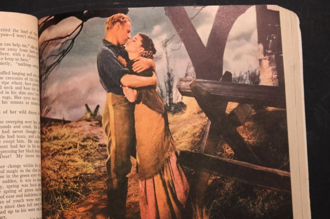 GONE WITH THE WIND LARGE PAPERBACK MOTION PICTURE - 8