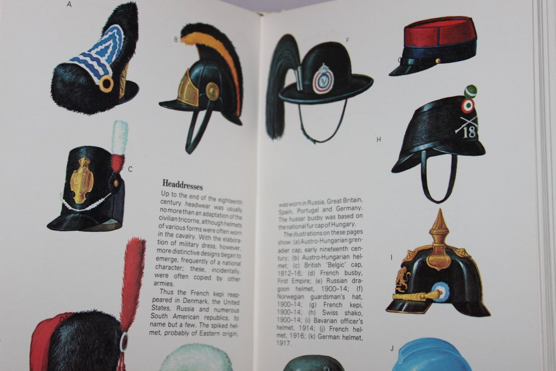 1970 A GROSSET ALL COLOR GUIDE MILITARY UNIFORMS - - 2