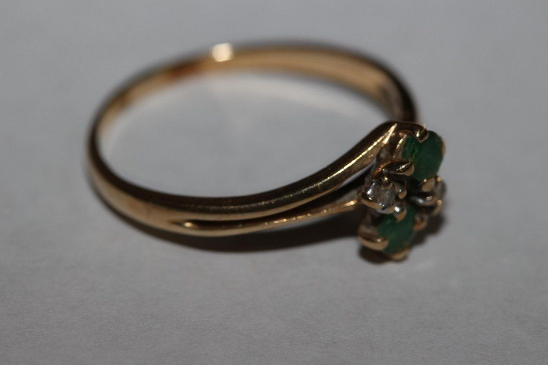 14 K EMERALD AND DIAMOND RING FEATURES 2 ROUND GENUINE