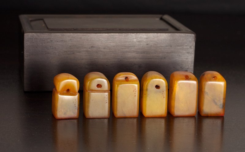 151: 6 Chinese Tianhuang Seals in Zitan Wood Box