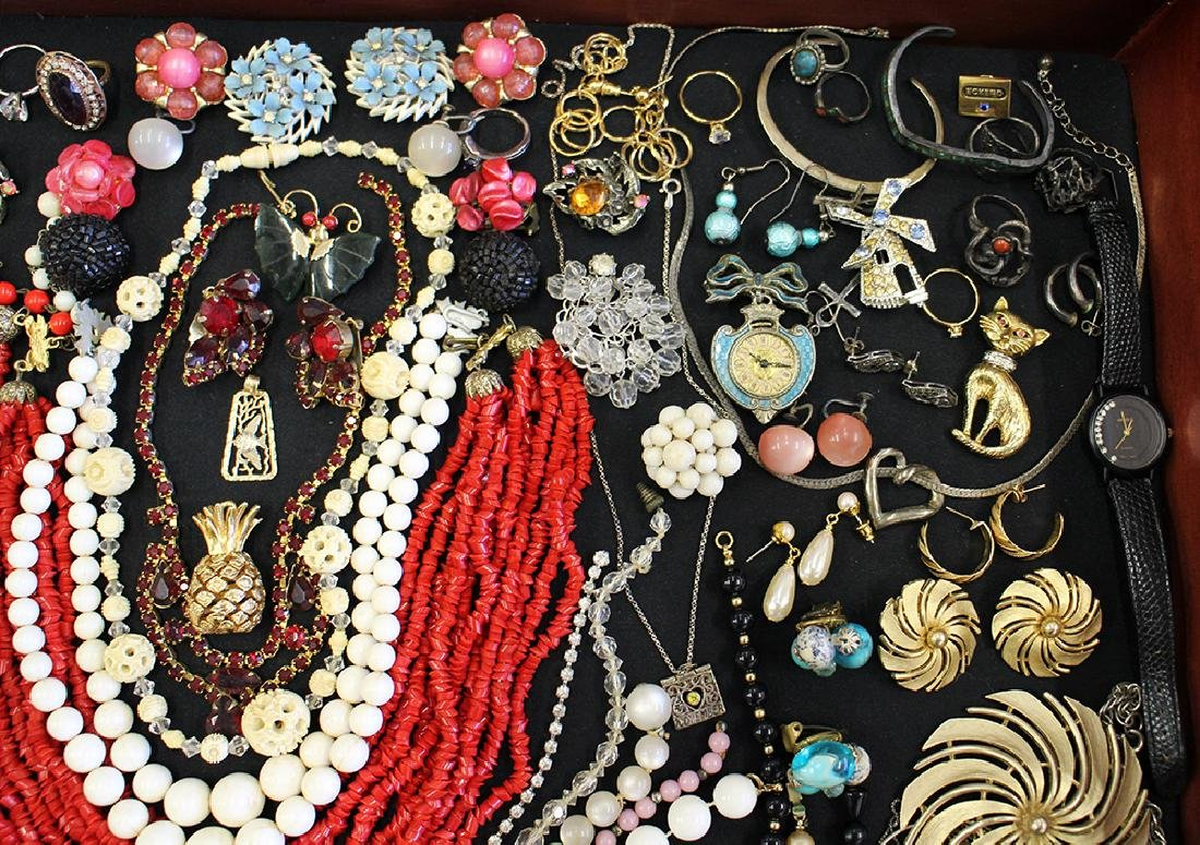 VINTAGE COSTUME JEWELRY COLLECTION - 5