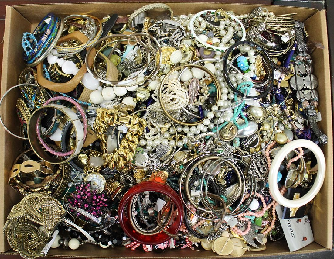 VINTAGE ASSORTED COSTUME JEWERLY