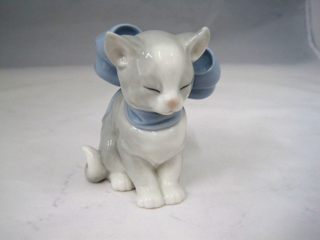 19A: Nao Kitty Present Figurine