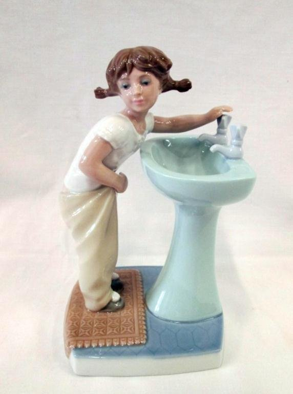 LLADRO CLEAN UP TIME FIGURINE