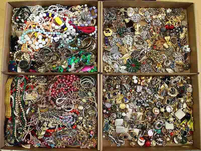 LARGE COLLECTION OF VINTAGE COSTUME JEWERLY