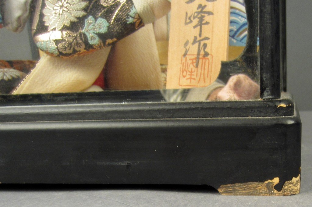 88: Japanese doll in wood and glass case - 3