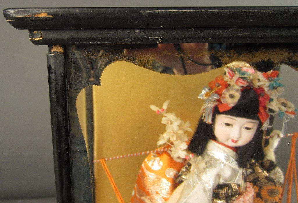88: Japanese doll in wood and glass case - 4