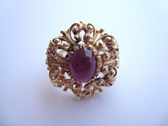 1007A: 14 K Gold Filigree Ring with Red Cabachon